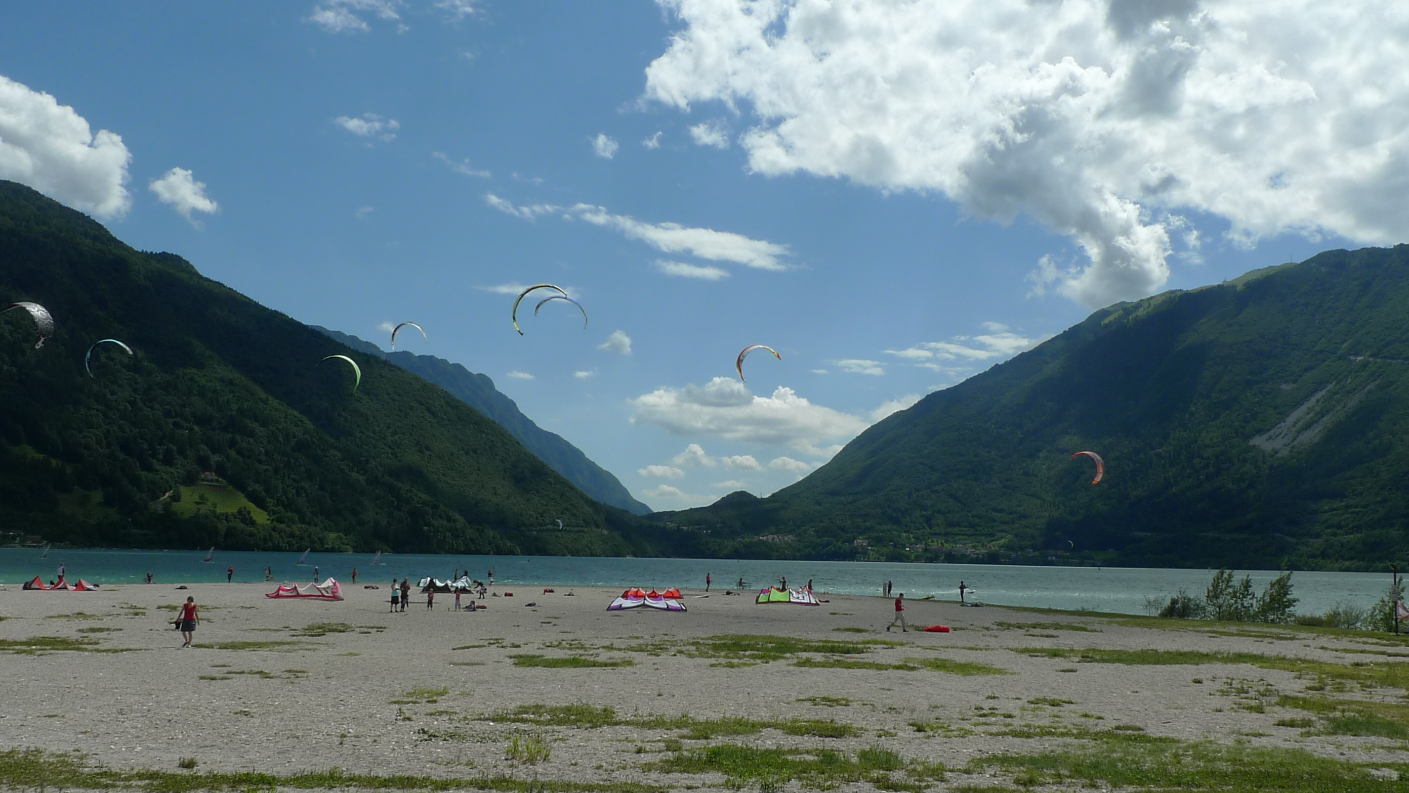 Kitesurfing between the mountains